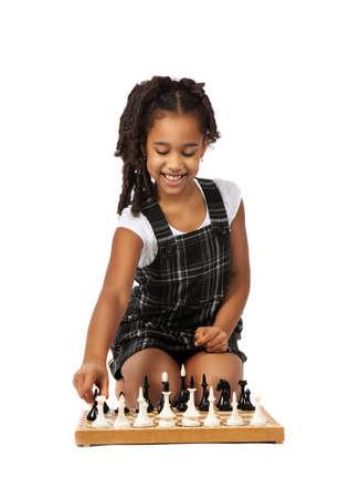 dark skin: ragazza pelle scura che giocano a scacchi su sfondo bianco Archivio Fotografico