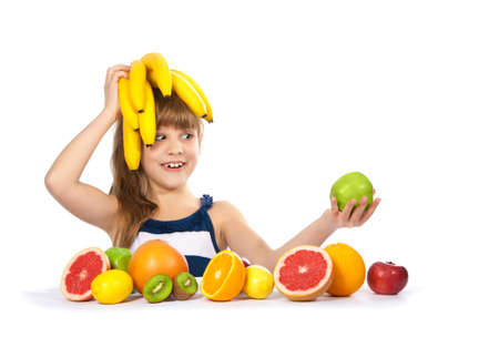 petite fille mignone: Fille avec des fruits et des bananes sur la t�te