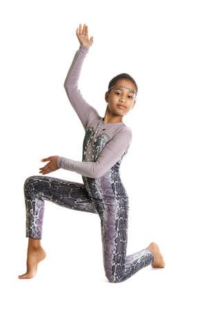 gymnastik: kleine Mädchen turnen Flexible dunkelhäutige Mädchen in Tracht ausführen Übungen. Rhythmische Gymnastik auf weißem Hintergrund