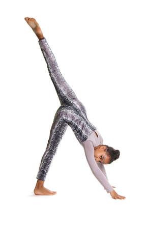 gymnastics: kleine Mädchen turnen Flexible dunkelhäutige Mädchen in Tracht ausführen Übungen. Rhythmische Gymnastik auf weißem Hintergrund