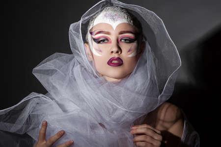 Ritratto del modello di modo della ragazza con il trucco luminoso. Acconciatura creativa. Pettinatura. Trucco. Beauty Woman
