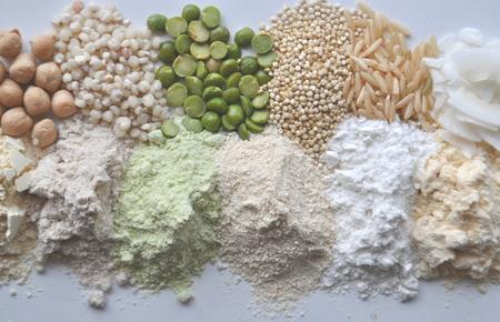 Farine, céréales, graines et légumineuses alternatives sans gluten - teff, amarante, maïs, pois chiches, sorgho, pois verts, quinoa, riz, noix de coco Banque d'images