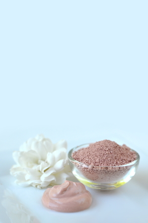 Pink clay. Deep cleansing cosmetic bentonite (montmorillonite) clay for beauty spa face mask, body detox and hair treatments. Clay and activated charcoal powder and mask in glass bowl. Stok Fotoğraf