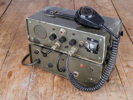 microfono radio: vieja radio aficionado jam�n verde oscuro en mesa de madera Foto de archivo