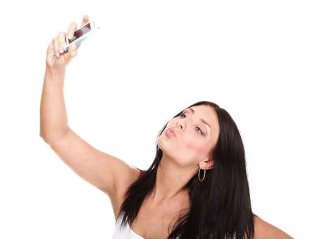 mujer con el teléfono aislado Joven mujer feliz atractiva en vestido rojo toma fotos con su teléfono móvil aisladas