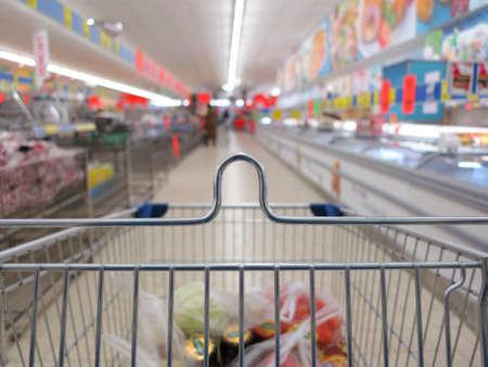 voir d'un panier avec des articles d'�picerie au supermarch� floue de fond Banque d'images