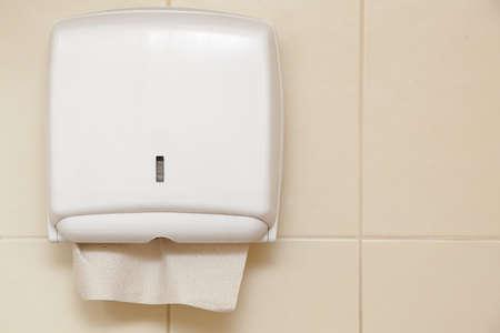 Distributeur de serviettes en papier sur le mur de la salle de bain