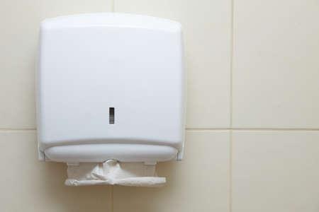 toalla: Dispensador de toallas de papel en la pared en el cuarto de ba�o Foto de archivo