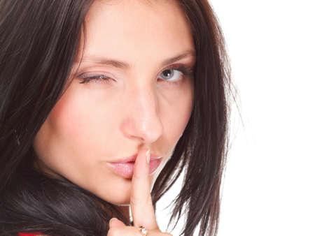 mooie vrouwen: Vrouw maken een houden stille gebaar om haar vinger op mond geïsoleerd