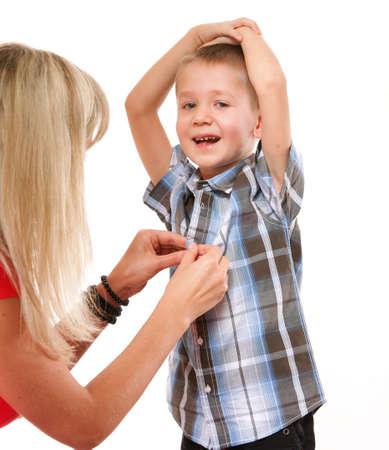 vistiendose: Madre e hijo abotonar la camisa aislados en fondo blanco