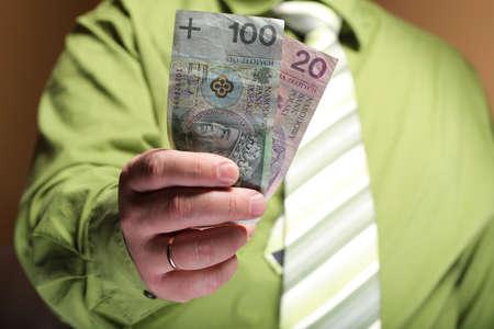 Zakenman die geld Pools honderd zloty bankbiljet Stockfoto - 20128961