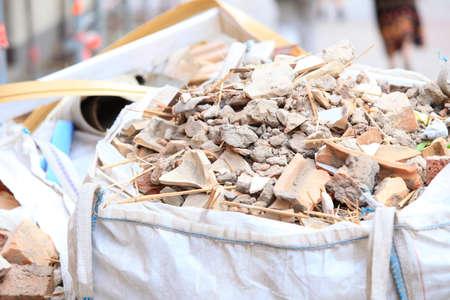 Sacs de débris complet des déchets de construction, des briques d'ordures et de matériel de maison démolie