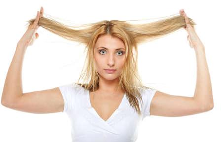 Cheveux ab�m�s femme sec. Gros plan portrait de femme tenant par la main les cheveux longs et la recherche malheureux. Isol� sur fond blanc.