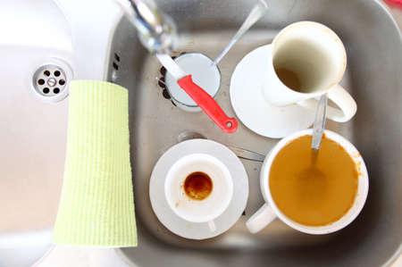 washup: Washing up. Piatti sporchi bianchi nel lavello della cucina.