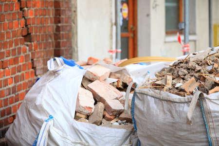 Volledige bouwafval puin zakken, vuilnis bakstenen en materiaal van gesloopte huis Stockfoto
