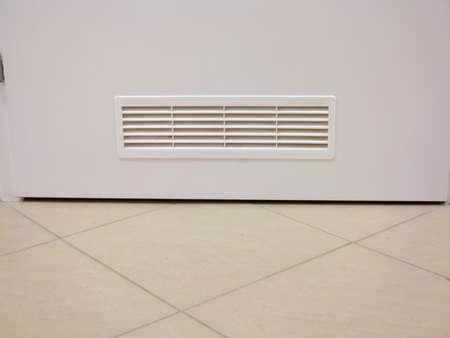 Lüftungsgitterfenster Auf Holztür Im Innenbereich Photo