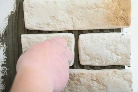 clinker: Ristrutturazione al lavoratore a domicilio l'installazione di piastrelle di clinker in un cantiere edile muro