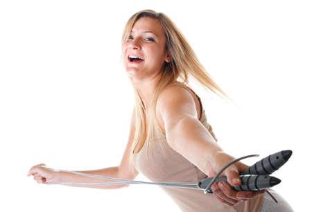 saltar la cuerda: muchacha deportiva de tama�o m�s j�venes haciendo ejercicio con saltar la cuerda - la p�rdida de peso. Mujer de la aptitud aislado en blanco Foto de archivo
