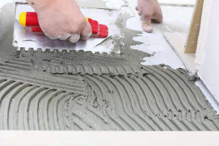 Am�lioration de l'habitat, de la r�novation - construction ouvrier carreleur est de carrelage, colle � carrelage en c�ramique, truelle avec mortier