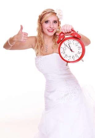 llegar tarde: Concepto de la boda. Tiempo para casarse. Novia con el reloj de pared. Hermosa mujer rubia de espera para el novio aislados en blanco Foto de archivo
