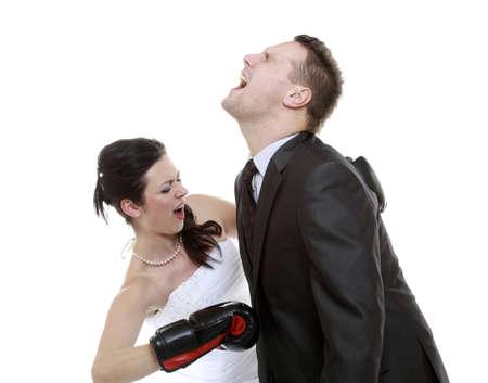 悪い関係。面白い結婚式のカップルの表情豊かな戦い。夫の彼女を示す女性が上司。ボクシングの怒っている妻夫。白で隔離 写真素材