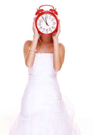 llegar tarde: Concepto de la boda. Tiempo para casarse. Novia Retrato con reloj que cubre su rostro aislado