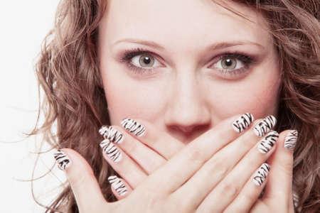 Image result for mal aliento mujer tapandose la boca