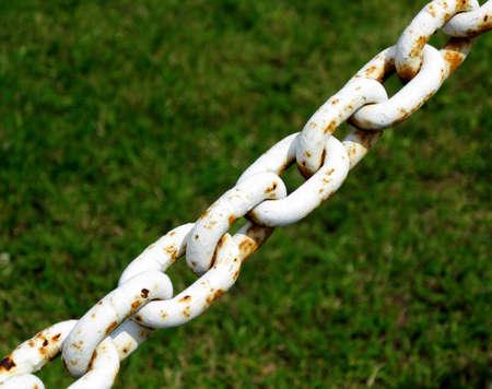 interlinked: Old metal oxidado de acero blanco segmento de las conexiones de cadena. Foto de archivo