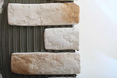clinker: Ristrutturazione a casa parete di piastrelle di clinker colla base e finitura per la posa di piastrelle