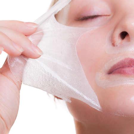 masked woman: Parte de la cara. Retrato de mujer joven rubia en peeling facial de m�scara. Peeling. Belleza y cuidado de la piel del cuerpo. Aislado en el fondo blanco. Estudio de un disparo. Foto de archivo