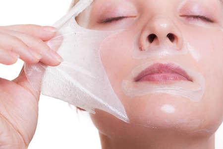 Portrait de jeune fille blonde jeune femme dans peeling off masque. Peeling. Beaut� et soins de la peau du corps. Isol� sur fond blanc. Studio photo.