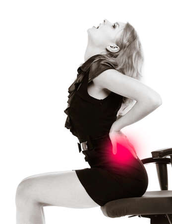 요 통 젊은 사업가. 허리 통증 금발 여자의 자에 앉아. 긴 근무 시간. BUSSINESS. 블랙 흑백 사진. 입니다. 스튜디오 샷.