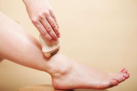 24299408 - Mujer que afeita sus piernas con la depilación máquina de afeitar  eléctrica en naranja. Belleza y concepto de cuidado de la piel del cuerpo. a84f9d2741ee