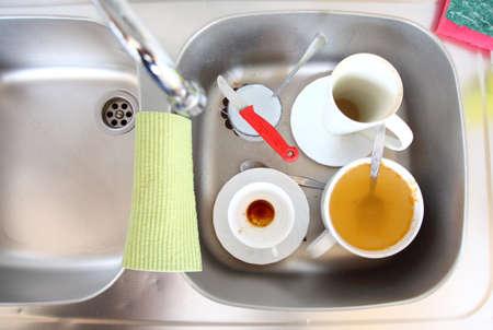 washup: Lavare i piatti. Piatti sporchi bianche nel lavello della cucina. Archivio Fotografico