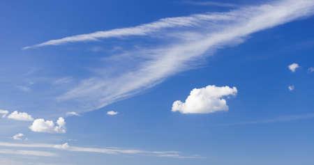 skyscape: Skyscape o celaje. Cielo azul profundo hermoso con las nubes blancas esponjosas como fondo la naturaleza. El tiempo.