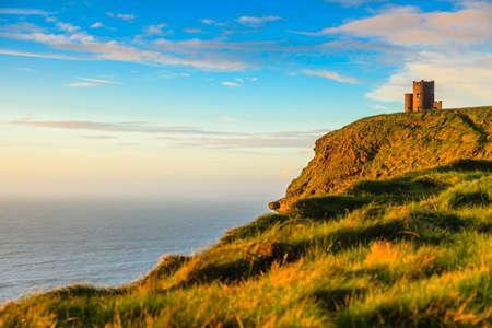Cliffs of Moher - O Briens Tower kasteel bij zonsondergang in Co Clare Ierland Europa. Stockfoto
