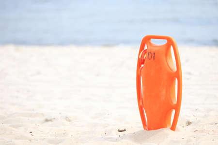 buoyancy: La vida de ahorro de la playa. Equipo de rescate herramienta naranja preservador salvavidas, rojo de pl�stico flotabilidad ayuda en la arena