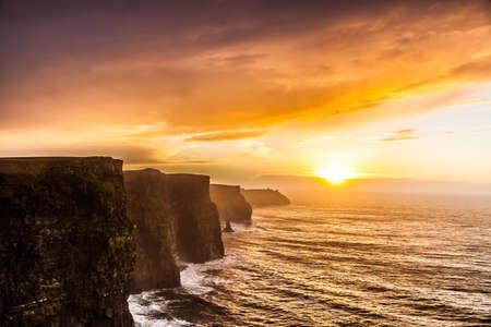 Beroemde kliffen van Moher bij zonsondergang in Co Clare Ierland Europa. Mooi landschap natuurlijke attractie. Stockfoto - 25612156
