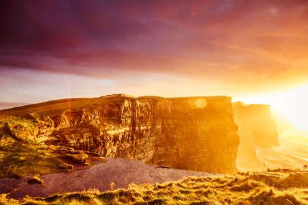 atracci�n: Famosos acantilados de Moher en la puesta de sol en Co. Clare Irlanda Europa. Hermoso atractivo natural del paisaje.