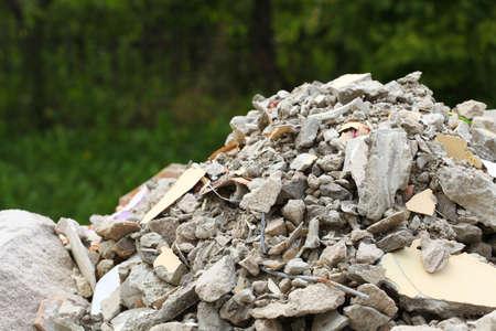철거 집에서 전체 건설 폐기물 파편 가방, 쓰레기 벽돌 잔해의 더미 및 재료 스톡 콘텐츠