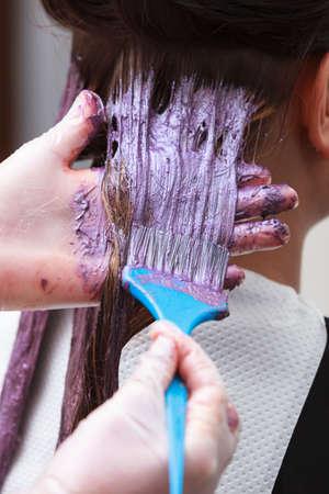tinte cabello: Peluquer�a profesional femenino de aplicar el color al cliente femenino en Sal�n de dise�o pelo, mujer de haber te�ido su pelo, pelo de tinte colorante en proceso