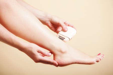 26745310 - Mujer que afeita sus piernas con la depilación máquina de afeitar  eléctrica en naranja. Belleza y concepto de cuidado de la piel del cuerpo. 41fe9767ccf9