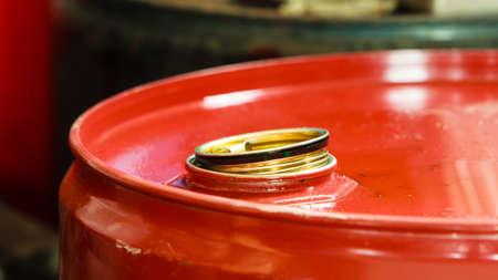 barril de petróleo: Servicio de cambio de aceite del coche. Bote rojo barril de petróleo en el servicio de auto garaje mecánico o tienda. Detalle de la Industria. Foto de archivo