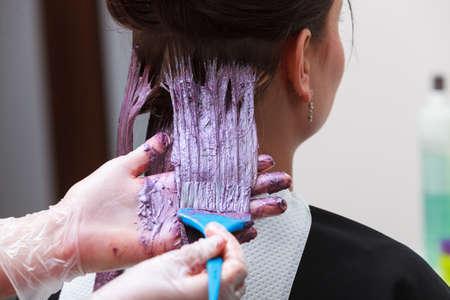 peluqueria: Mujer morena en peluquería salón de belleza Chica teñido del cabello por el peluquero estilista teñir el cabello del cliente