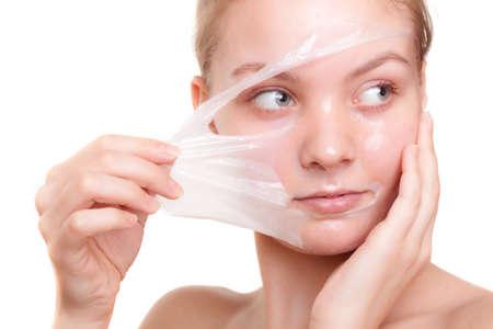 Portrait de jeune fille jeune femme dans peeling off masque isolé sur blanc Peeling beauté et soins de la peau du corps Studio photo