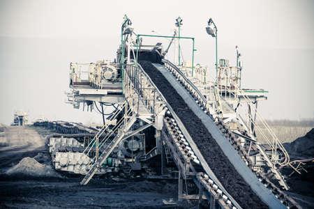 Open put. Bovengrondse bruinkoolmijn. Transportband als industriële detail.