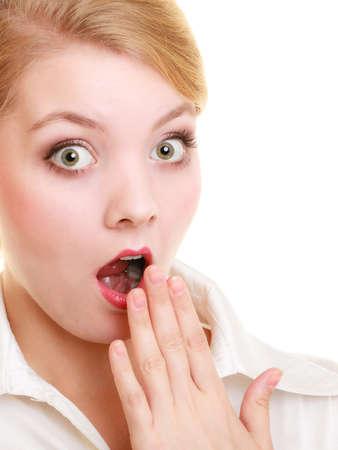 Émotions Portrait d'affaires surpris patron choqué femme blonde se couvrir la bouche avec la main isolé sur blanc