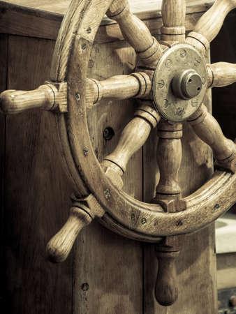 timon barco: Yachting. Vista del barco de vela de diferentes partes del yate. Madera volante viejo barco.