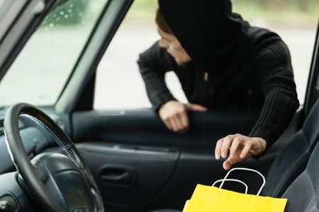 delincuencia: Transporte, el crimen y el concepto de la propiedad - ladrón robar el bolso de compras del coche Foto de archivo
