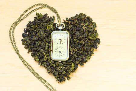 essen und trinken: Ern�hrung Gesundheits Teezeit Konzept. Gr�ner Tee Herz auf h�lzernen Oberfl�che geformt. Gesunde Ern�hrung Getr�nk f�r niedrigere Herz-Risiko Lizenzfreie Bilder